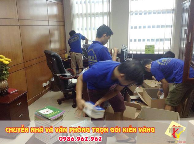 Quá trình đóng gói vật dụng vào thùng carton